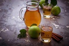 Vetri con il succo di mele sulla tavola di legno Fotografia Stock
