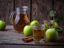 Vetri con il succo di mele sulla tavola di legno Immagine Stock Libera da Diritti