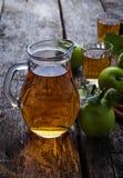 Vetri con il succo di mele sulla tavola di legno Fotografie Stock