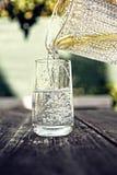 Vetri con il versamento dell'acqua Fotografia Stock Libera da Diritti