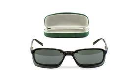 Vetri con la clip magnetica degli occhiali da sole accanto al suo caso Fotografia Stock