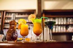 Vetri con le bevande variopinte Fotografie Stock Libere da Diritti