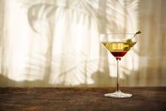 Vetri con martini ed olive verdi Fotografia Stock