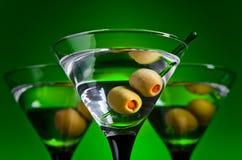 Vetri con martini ed olive verdi Fotografie Stock