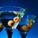 Vetri con martini ed olive verdi Immagini Stock Libere da Diritti