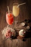 Vetri con succo ed il gelato su un fondo di legno con le candele 2 Immagine Stock