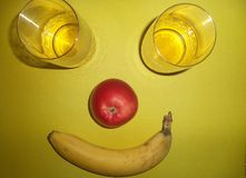 Vetri con succo, la mela e la banana immagini stock