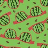 Vetri con una riflessione dell'anguria su un fondo verde Fotografie Stock