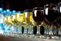 Vetri con vino Immagini Stock