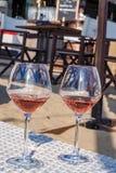 Vetri con vino rosato su un terrazzo sabbioso fotografie stock