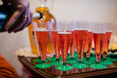 Vetri con vino rosso sulla tavola di festa Fotografie Stock