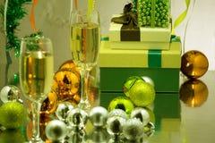 Vetri con vino spumante sui precedenti dell'albero di Natale decorato Ghirlanda con le luci, lamé brillante Festa Chr fotografia stock