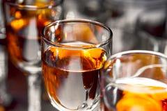 Vetri con vino sulla tavola Fotografie Stock Libere da Diritti
