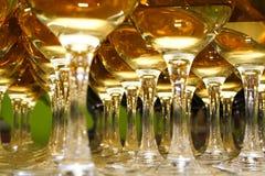 Vetri con vino sulla tavola Immagini Stock Libere da Diritti
