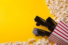 vetri 3D e popcorn su fondo giallo Immagini Stock Libere da Diritti