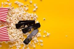 vetri 3D e popcorn su fondo giallo Fotografie Stock Libere da Diritti
