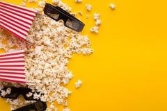 vetri 3D e popcorn su fondo giallo Fotografia Stock Libera da Diritti