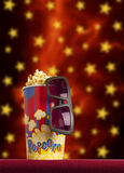 vetri 3d e popcorn sul cinema della poltrona Immagini Stock Libere da Diritti