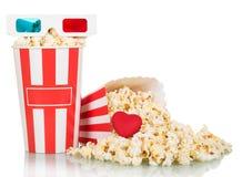 vetri 3D, popcorn delle scatole e cuore rosso rovesciato su bianco Fotografia Stock
