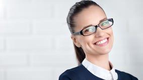 Vetri d'uso alla moda felici della donna di affari del primo piano medio che sorridono e che posano video d archivio