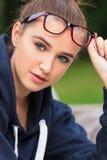 Vetri d'uso dell'adolescente della giovane donna graziosa della ragazza Fotografie Stock
