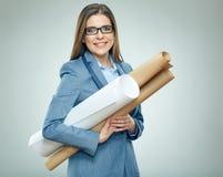 Vetri d'uso dell'architetto della giovane donna che tengono i modelli di carta Fotografia Stock Libera da Diritti