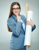 Vetri d'uso dell'architetto della giovane donna che tengono i modelli di carta Fotografia Stock