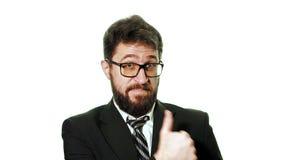 Vetri d'uso dell'uomo d'affari barbuto e un vestito su un fondo bianco archivi video