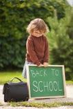 Vetri d'uso della bambina pronti di nuovo alla scuola Fotografie Stock