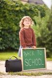 Vetri d'uso della bambina pronti di nuovo alla scuola Immagini Stock