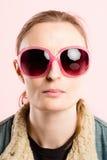 Alta definizione della donna del ritratto di rosa della gente reale divertente del fondo Immagine Stock