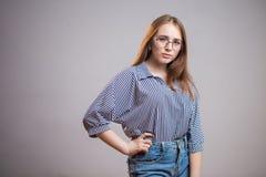 Vetri d'uso della giovane ragazza sicura dello studente ed esaminare la macchina fotografica Riuscita donna Gioventù, istituto un fotografia stock