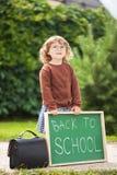 Vetri d'uso della ragazza del bambino pronti di nuovo alla scuola Fotografie Stock Libere da Diritti