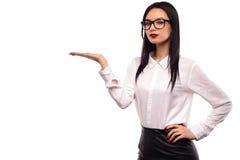 Vetri d'uso della ragazza sexy di modo di bellezza che mostrano lo spazio vuoto della copia sulla palma aperta della mano per tes Immagini Stock