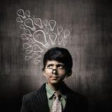 Vetri d'uso di Little Boy del genio, lampadina di pensiero di idee fotografia stock libera da diritti