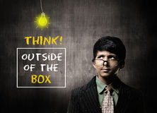 Vetri d'uso di Little Boy del genio, pensanti fuori alla scatola Fotografia Stock