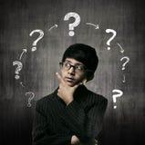 Vetri d'uso di Little Boy del genio, Ring Of Question Marks fotografia stock libera da diritti
