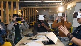 Vetri d'uso di realtà virtuale del vr del giovane gruppo di affari nell'ufficio moderno archivi video