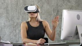 Vetri d'uso di realtà virtuale della donna di affari emozionante, donna felice che esplora mondo aumentato, interagente con digit stock footage