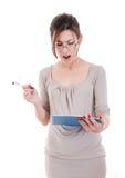 Vetri d'uso sorpresi della donna di affari che tengono lavagna per appunti e p Fotografie Stock Libere da Diritti