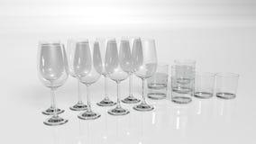 Vetri dei bicchieri, dell'acqua e di vino su fondo bianco Immagine Stock