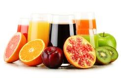 Vetri dei succhi di frutta assortiti su bianco Dieta della disintossicazione Fotografia Stock Libera da Diritti
