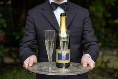 Vetri del champagne del servizio del cameriere Fotografia Stock