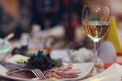 Vetri del champagne del succo del servizio del ristorante Fotografia Stock