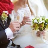 Vetri del champagne della holding dello sposo e della sposa Immagini Stock Libere da Diritti