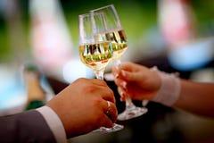 Vetri del champagne di nozze della tenuta dello sposo e della sposa Fotografia Stock