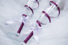 Vetri del champagne di nozze nessun una tavola bianca Immagine Stock