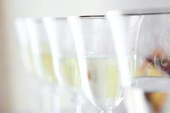 Vetri del champagne di nozze nessun una tavola bianca Fotografia Stock