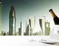 Vetri del champagne e grattacieli del Dubai Fotografia Stock