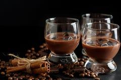 Vetri del cocktail del caffè o del cioccolato crema martini sulla b nera immagine stock